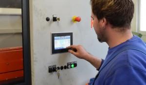 Die intuitive Sägemaschinensteuerung SmartControl lässt sich einfach per Touchscreen bedienen. Auch können die Mitarbeiter Material- und Auftragsdaten einspeichern und bei Bedarf abrufen.