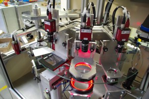 In der Automobilbranche kommt es auf präzise Inspektion an: Diese modulare Bildverarbeitungsanlage nimmt 360°-Prüfungen mit Genauigkeiten im 100stel Millimeterbereich vor.
