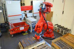 …und ein Roboter legt die Abschnitte auf einem von vier Palettenstellplätzen ab.