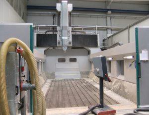 Die Portalfräsmaschine FZ 37 bearbeitet Bauteile aus weichen und zähen Werkstoffen schnell und komplett von fünf Seiten. Mit dem großen Arbeitsraum ist Schröter flexibel bei auftragsspezifischen Anforderungen.
