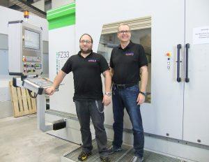 Modellbauermeister Martin Geisler und Geschäftsführer Maximilian Lörzel vor der neuen FZ 33 compact.
