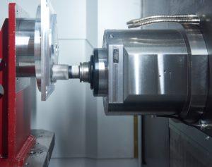 Blick in den Bearbeitungsraum des Heckert Focus BAZ HEC 500F: die 32,4 kW Motorspindel mit HSK-A63 Werkzeugaufnahme steht für die hohe Leistungsfähigkeit der Maschine.